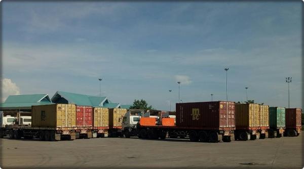 รถบรรทุกข้าวสารกลับจาก สปป.ลาว รอการตรวจปล่อย